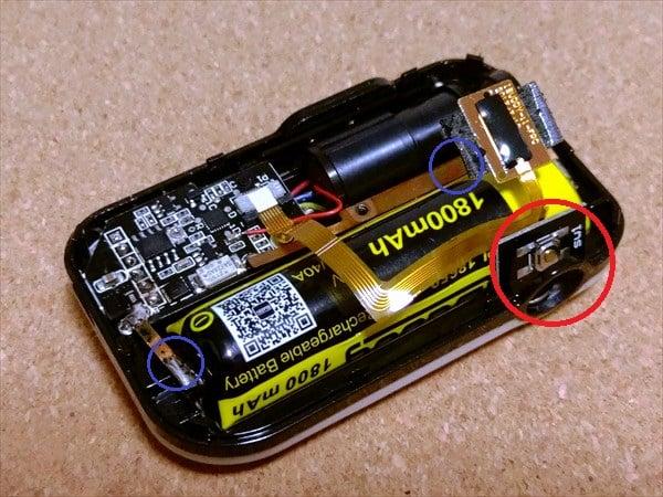 バッテリーに被さっている回路を外す