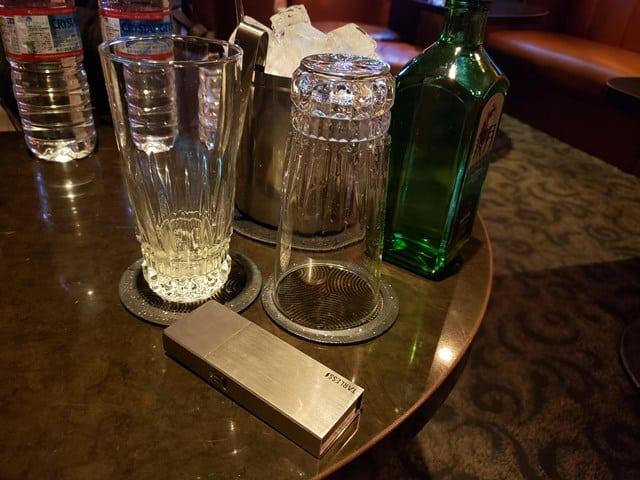 テーブルの上の銀色の四角いモノ