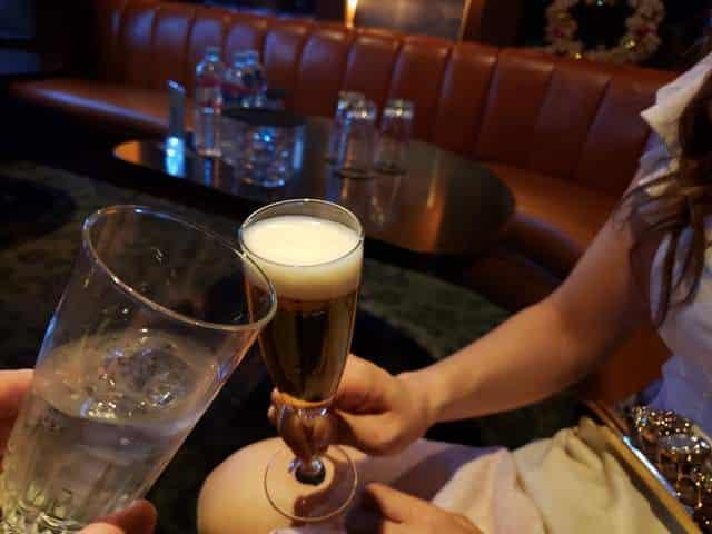 お姉さんと乾杯