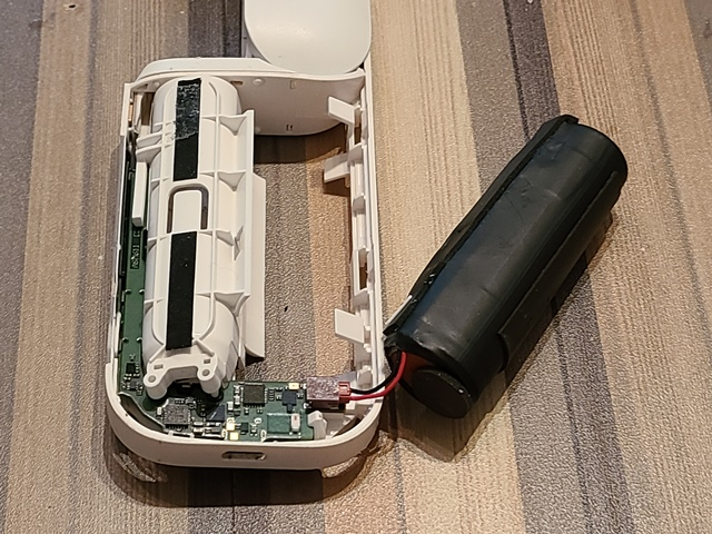 バッテリーは爪にはまっているだけなので、裏面から上に押し出すように外します。