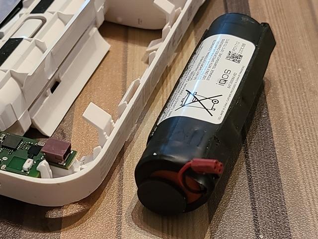 接続部分のプラグも刺さっているだけなので簡単に外すことが出来ます。