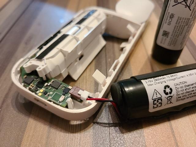 まずはAmazonバッテリーのプラグをアイコスに接続させます。